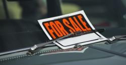 Privatverkauf von Pkw - Schild for sale unter Scheibenwischer von Pkw